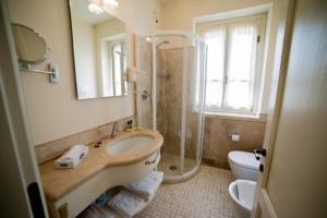 A bathroom at Chervò Golf Hotel Spa, Resort & Apartment San Vigilio