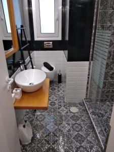Een badkamer bij Super Stylish Apartments in Syntagma Square!