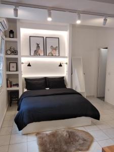 Een bed of bedden in een kamer bij Super Stylish Apartments in Syntagma Square!