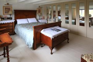 A bed or beds in a room at Danny Minnies Country House