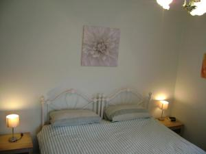A bed or beds in a room at Beechwood House B & B