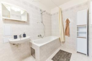 A bathroom at Spacious Flat with Amazing View, easy METRO access
