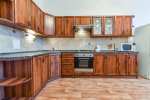 A kitchen or kitchenette at Spacious Flat with Amazing View, easy METRO access