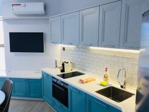 Кухня или мини-кухня в Apartment Versal na Nesebrskaya 14