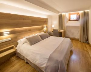 A bed or beds in a room at Hotel Real Colegiata San Isidoro