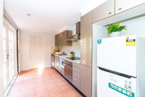 A kitchen or kitchenette at P272-Good location Pyrmont apt near The Star & ICC