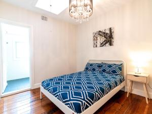 A bed or beds in a room at P272-Good location Pyrmont apt near The Star & ICC