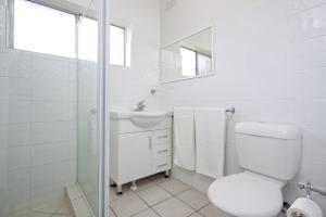 A bathroom at Abbey Apartments