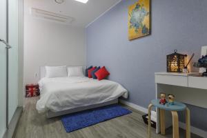 Кровать или кровати в номере Myeongdong Sunshine Guesthouse
