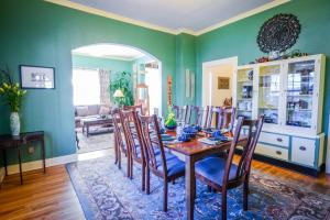 A restaurant or other place to eat at Briar Rose Bed & Breakfast
