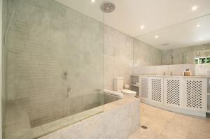 A bathroom at Port Douglas Condo