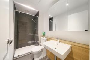 A bathroom at A Modern 2BR Home + Pool & Gym Near Southern Cross