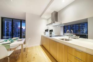 A kitchen or kitchenette at A Modern 2BR Home + Pool & Gym Near Southern Cross