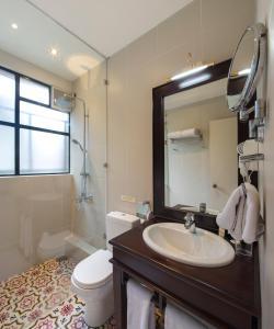 A bathroom at CheRiz Boutique Villa Hotel