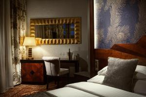 Кровать или кровати в номере Art Deco Imperial Hotel
