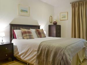 A bed or beds in a room at Clachan Lodge