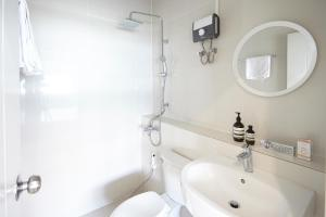 A bathroom at Good Start Apartment