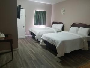 A bed or beds in a room at Budget Inn Hollywood