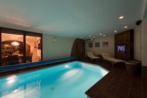 Bazén v ubytování Wellness & Spa Boutique Hotel Villa Memories nebo v jeho okolí