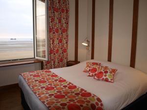 A bed or beds in a room at Gîtes en Normandie en Front de Mer Asnelles
