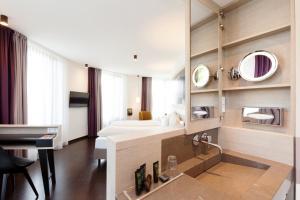 Een badkamer bij Vienna House Easy Osnabrück