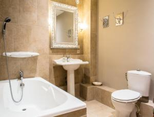 A bathroom at Gites Chateau Comblanchien