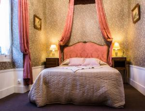 A bed or beds in a room at Gites Chateau Comblanchien