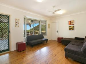 A seating area at Rosa House in Broke, 4br House in walking distance to Cellar Doors