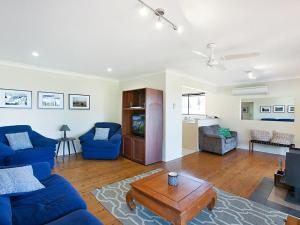 A seating area at Rosamund House in Broke, 4br House in walking distance to Cellar Doors