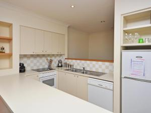 A kitchen or kitchenette at Villa 2br Chardonnay SS located within Cypress Lakes Resort (nothing is more central)