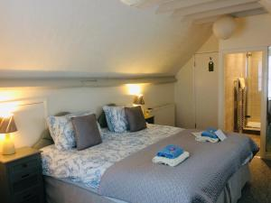 A bed or beds in a room at Arden House