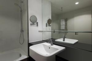 A bathroom at Adina Apartment Hotel Berlin Mitte