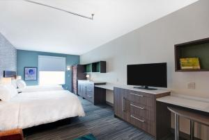 A television and/or entertainment centre at Home2 Suites By Hilton Grand Junction Northwest