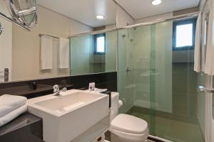A bathroom at Hotel Adrianópolis All Suites