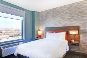 A bed or beds in a room at Home2 Suites By Hilton Grand Junction Northwest