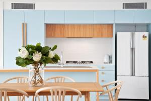 A kitchen or kitchenette at Lomani 8 on Browning Street