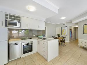 A kitchen or kitchenette at Barrenjoey at Iluka Resort Apartments