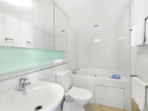 A bathroom at Barrenjoey at Iluka Resort Apartments