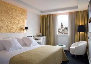 سرير أو أسرّة في غرفة في Hotel Colón Gran Meliá - The Leading Hotels of the World