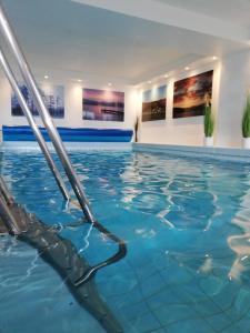 Der Swimmingpool an oder in der Nähe von Hotel Diekseequell Superior am Dieksee