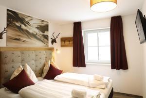 Ein Bett oder Betten in einem Zimmer der Unterkunft Tauernsuites Mitterwirt by Alps Residence