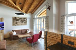 Ein Sitzbereich in der Unterkunft Tauernsuites Mitterwirt by Alps Residence