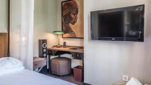En tv och/eller ett underhållningssystem på Be Live Adults Only La Cala Boutique Hotel