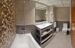 A bathroom at Voramar Cambrils