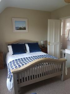 A bed or beds in a room at Woodview Bed & Breakfast.