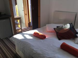 A bed or beds in a room at Woodland Lodge