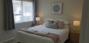 A bed or beds in a room at Rose Apartments Unit 6 Central Rotorua-Accommodation & Spa