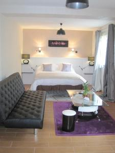 A bed or beds in a room at Hotel Restaurant Rive Gauche