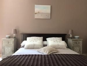 A bed or beds in a room at Chateau Haut Baron