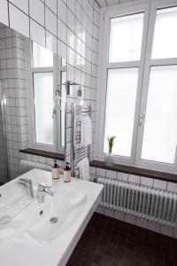 Ett badrum på Livin Station Hotel